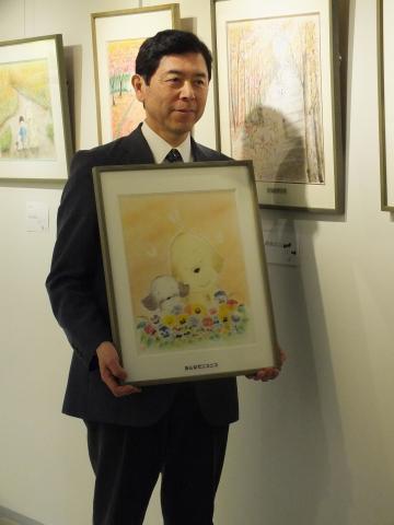 El Dr. Chimura con pinturas al pastel de Anny y Kuri. (Fotografía: Business Wire)
