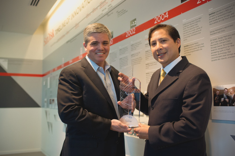 SanDisk Senior Vice President and Chief Legal Officer, Eric Whitaker, accepts an award honoring the company as a Thomson Reuters 2012 Top 100 Global Innovator from Thomson Reuters representative Ray Tumacder. The award recognizes SanDisk's achievements as one of the world's most innovative companies. The program, an initiative of the IP Solutions business of Thomson Reuters, honors corporations and institutions around the world that are at the heart of innovation. (Photo: Business Wire)