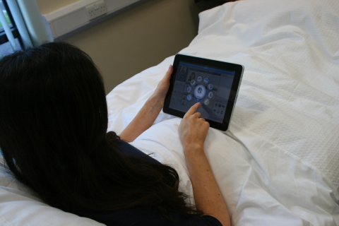 患者正使用MEDIVista MOBILE访问多种服务,包括电视直播和电影点播(照片:美国商业资讯)