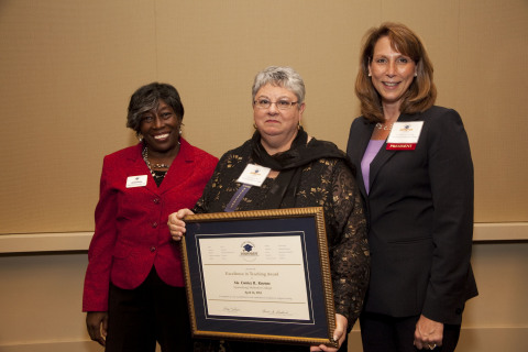 Ms. Eunice Knouse, (center) Professor of Professor of Biology and Physical Science at Spartanburg Methodist College receives the 2013 Excellence in Teaching Award from Ms. Henri Baskins, (left) Chair of the SCICU Board of Trustees. Dr. Colleen Keith, (right) President of Spartanburg Methodist College was in attendance during the presentation of the award. (Photo: Business Wire)