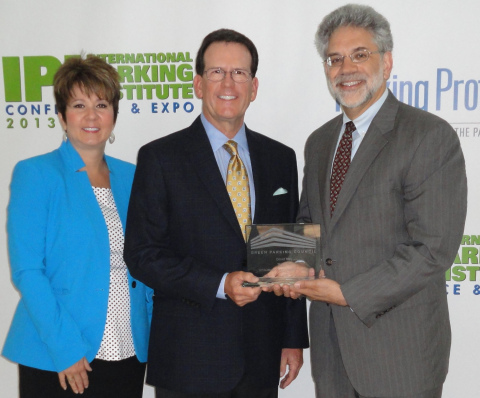 Paul Wessel, executive director of the Green Parking Council (right), presents the 2013 Leadership Award to TransCore's David Tilley, Director of Parking Operations, North America, and Susan McDermott, TransCore Channel Partner Specialist, during the International Parking Institute's annual meeting in Fort Lauderdale, Fla. (Photo: Business Wire)