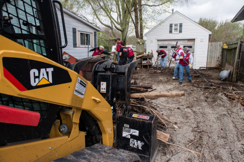 Lowe's Heroes team up with the First Response Team of America, one of Lowe's disaster relief partners, to help a local homeowner earlier this month in Rome, Ill. (Photo: Business Wire)