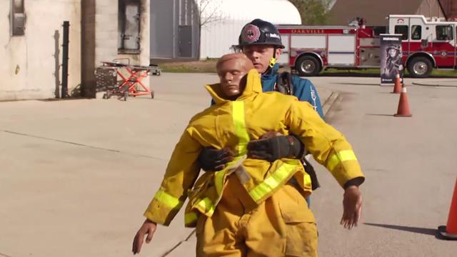 En soutien à la campagne pour instaurer une Journée nationale des premiers intervenants, Duracell s'est entraînée avec la meilleure équipe canadienne de Firefighter Combat Challenge à leurs installations de formation.