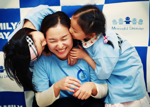 Baxter employee Hannah Jeon and her daughters regularly volunteer at the Red Cross Community Center in Seoul, Korea, to bake loaves of bread for underprivileged members of the community. (Photo: Business Wire)