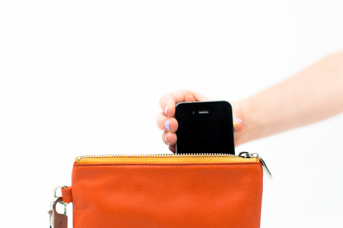 Docking a smartphone in the Everpurse (Photo: Everpurse)