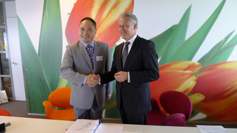 Signing Contract between Jos Nijhuis, CEO & President Schiphol Group and Isbrand Ho, BYD Europe's Managing Director (Photo: Business Wire)