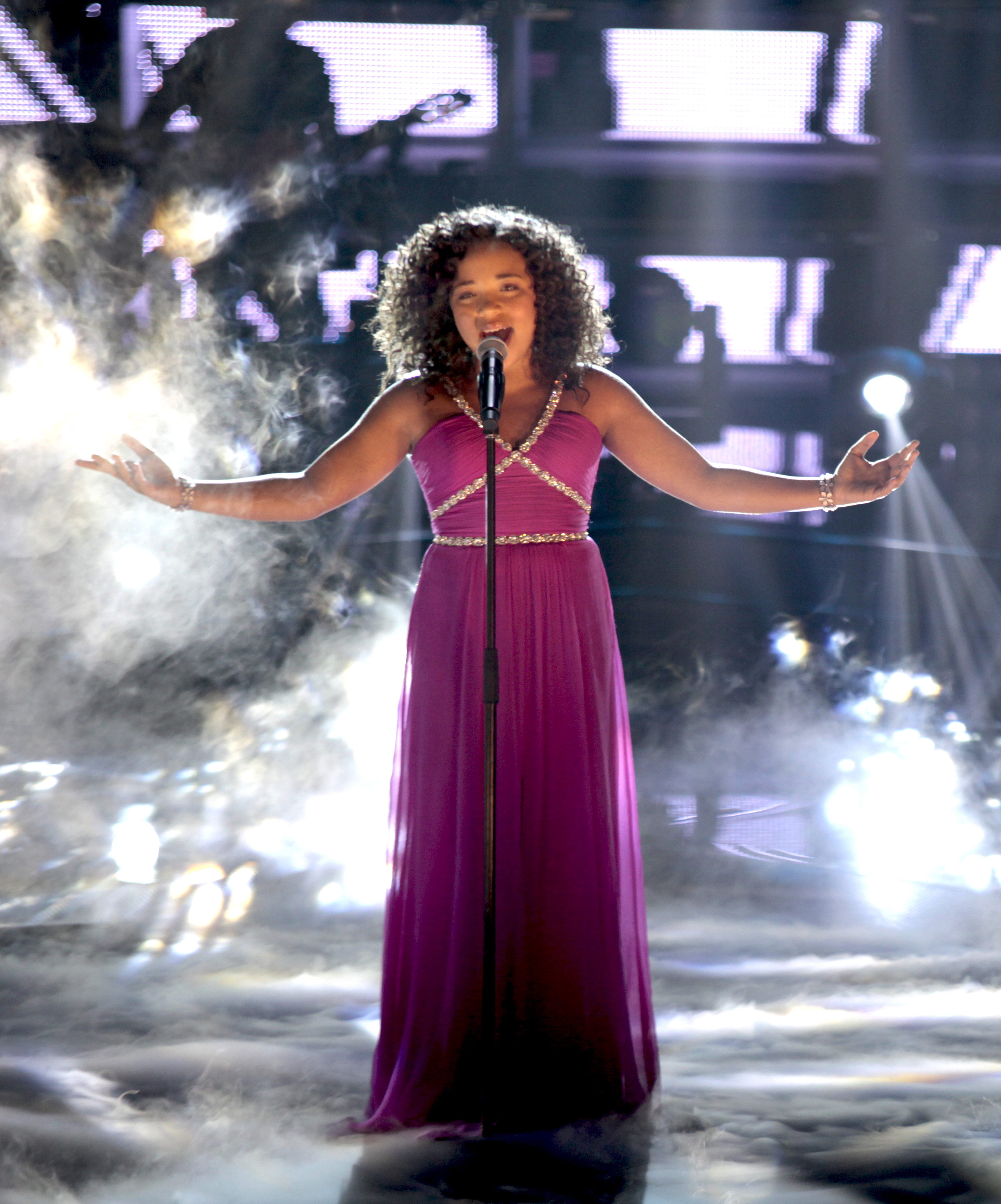 """Paola Guanche cantando """"I Will Always Love You"""" (Photo: Business Wire)"""