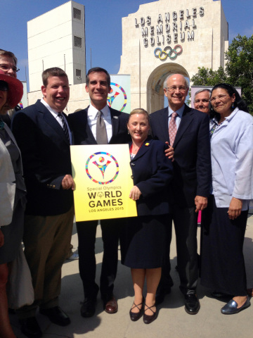 Los Angeles Mayor Eric Garcetti holding LA2015 logo with LA2015 Board Members (Photo: Business Wire)