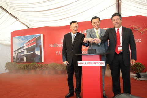 Officially opening the expansion of the Halliburton Manufacturing and Technology Centre in Senai are (left to right) Dato' Wee Yiaw Hin, Executive Vice President, Exploration & Production Business, PETRONAS;  Y. B. Datuk Tee Siew Kiong, Johor Executive Councilor of Tourism, Trade and Consumerism; and Mark Richard, Senior Vice President, Asia Pacific Region, Halliburton. (Photo: Business Wire)