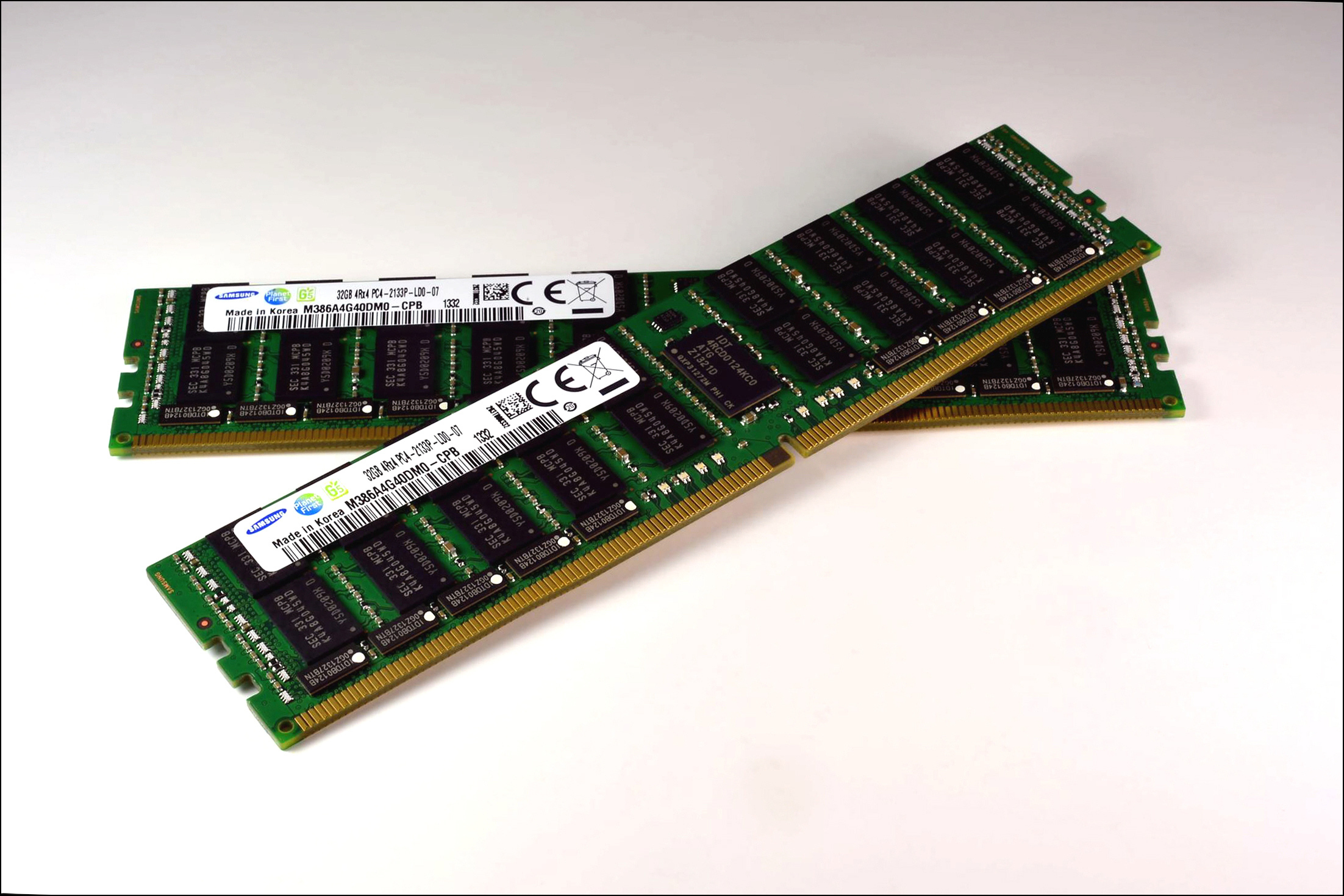 Samsung 20nm-class, 4Gb-based 32GB DDR4 module (Photo: Business Wire)
