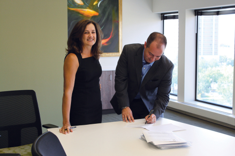 Sue Allon, new Stewart Lender Services vice chairman, and Jason Nadeau, Stewart Lender Services president and CEO seal the deal on transaction to solidify Stewart's intense focus on providing quality and compliance services for the mortgage market. (Photo: Business Wire)