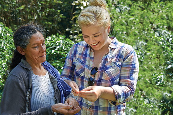 Kelly Clarkson travels to Peru with Green Mountain Coffee(R) to learn about Fair Trade Certified(TM) coffee firsthand (Photo: Business Wire)