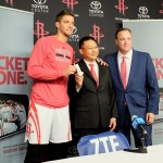 Lixin Cheng, Chairman and CEO of ZTE USA, the fastest-growing smartphone provider in the U.S., presents the new ZTE Grand S to Houston Rockets star forward Chandler Parsons and team CEO Tad Brown during a celebration in which the company was named the official smartphone of the Houston Rockets. (Photo: Business Wire)