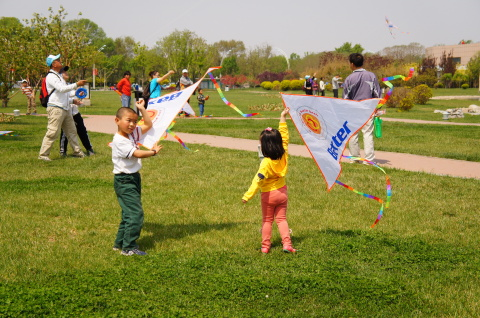 Baxter employees in China spend time outdoors flying kites with their children during BeWell@Baxter  ...