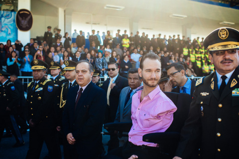 During a visit to Quito, Ecuador in October 2013 as part of his World Outreach tour, evangelist Nick Vujicic spoke to 5,000 police officers and cadets of all ages at one of the police academies, encouraging them to seek strength in Christ and to work to honor God as a country. (Photo: Business Wire)