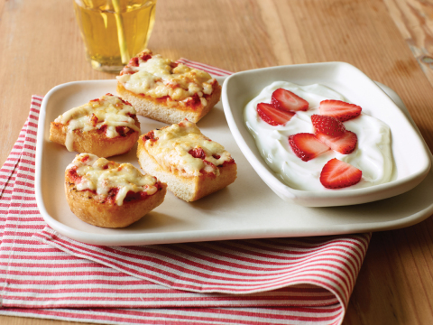 Applebee's Cheesy Bread Pizza with Vanilla Yogurt and Strawberries (Photo: Business Wire)