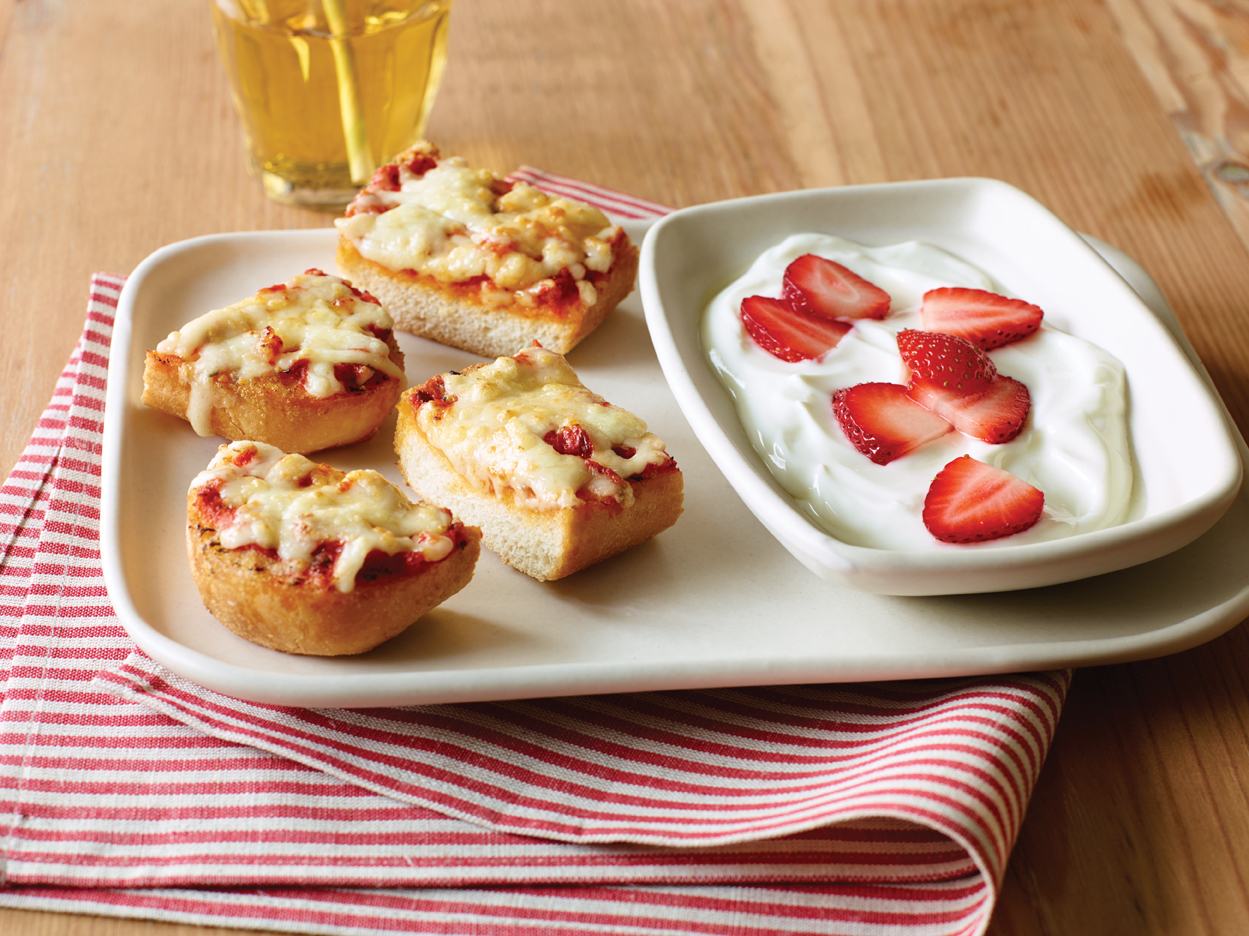Applebee's Cheesy Bread Pizza with Vanilla Yogurt and Strawberries (Photo: Business Wire)