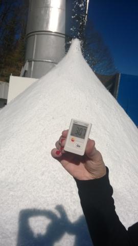 SnowGen snow in + 30 C temperature.   (Photo: Business Wire)