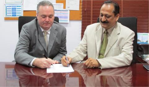 Essential Energy and Ascend sign agreement (Photo: Business Wire)