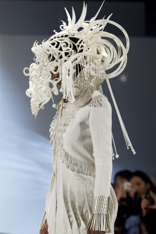 3D Printshow in London marked the runway debut of this headpiece by Chicago-based artist, Joshua Har ...