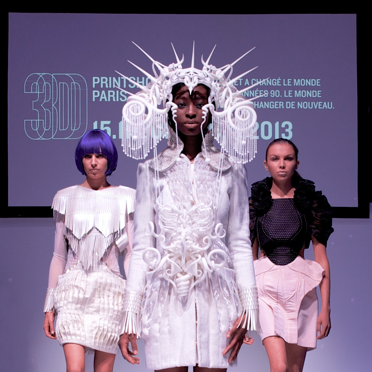 The additively manufactured headpiece worn by the center model, designed by Joshua Harker and manufactured by EOS, will be featured in the New York 3D Printshow in February 2014. (Source: 3D Printshow)