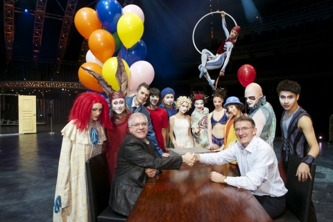 Ken Allen, CEO, DHL Express (right) seals the deal with Mario D'Amico, Chief Marketing Officer, Cirque du Soleil (left), with members of the Quidam cast looking on. (Photo: Business Wire)