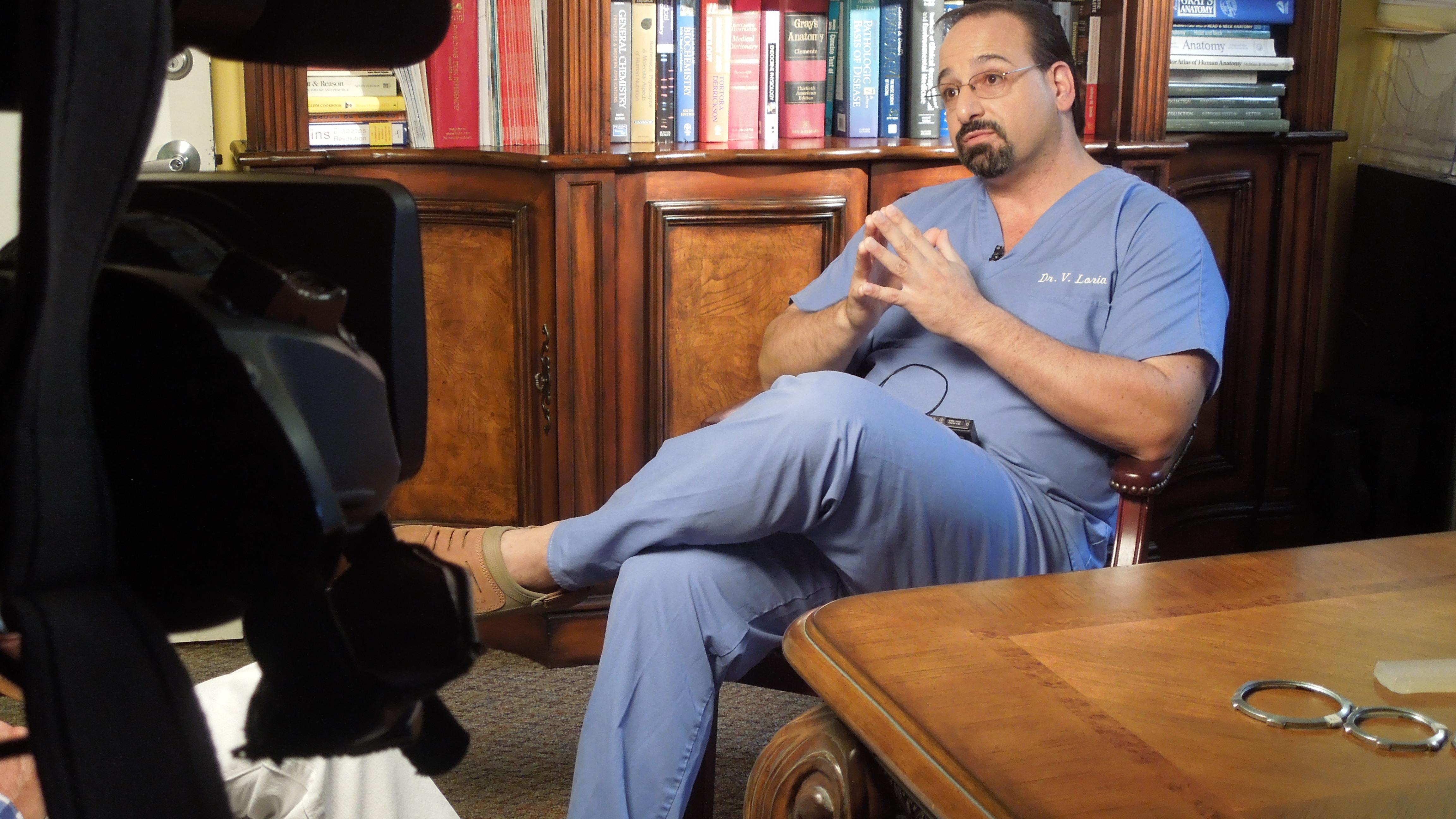 El Dr. Victor Loria, cirujano plástico, es el pionero en inserción ...
