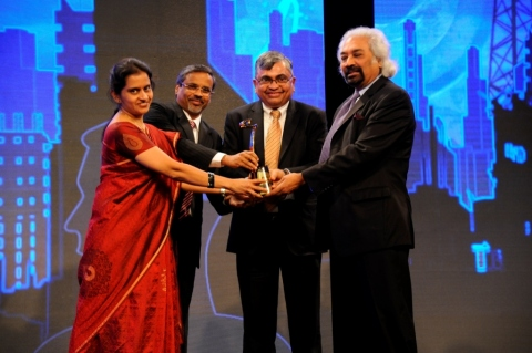 Sam Pitroda handing over the Award to KK Natarajan, Ravi Shankar and Radha R from Mindtree (Photo: Business Wire)