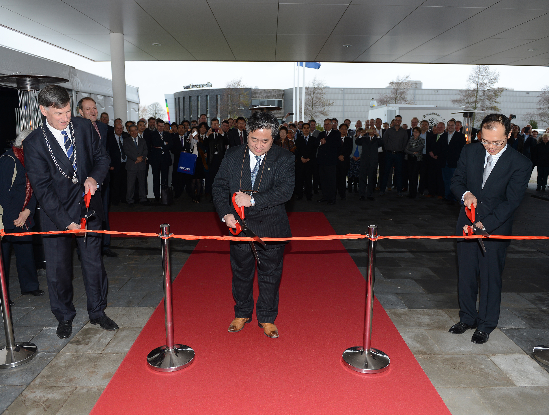 Emmen Mayor Cees Bijl, Menicon CEO Hidenari Tanaka and Japanese diplomat Yutaka Kikuta cut the ceremonial ribbon to open Menicon's new facility at Emmen, the Netherlands. (Photo: Business Wire)