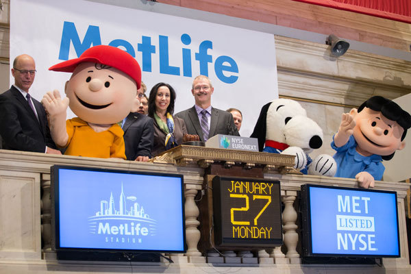 Closing Bell: MetLife CMO Beth Hirschhorn and MetLife Stadium President and CEO Brad Mayne accompanied by special guests, Snoopy, Charlie Brown, and Lucy to celebrate MetLife Stadium's role as the host venue for Super Bowl XLVIII (Photo: Business Wire)