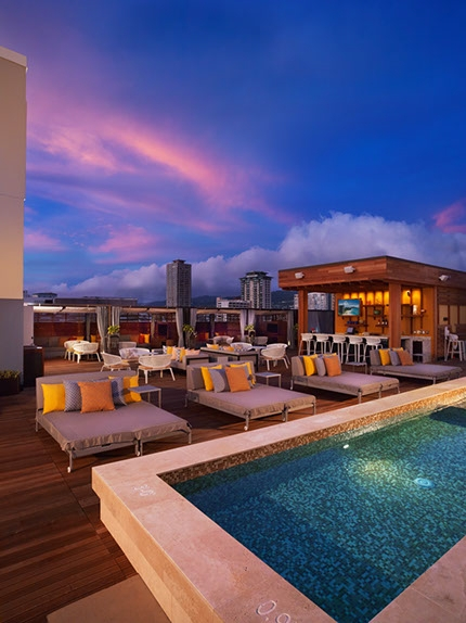 "Hokulani Waikiki by Hilton Grand Vacations Club Na Lani (""heavens"" or ""the sky"" in Hawaiian) Sky Lounge - Waikiki's only open-air rooftop pool bar featuring dynamic urban views of bustling Kalakaua Avenue, the Koolau mountain range, Diamond Head, and the Pacific Ocean. (Photo: Business Wire)"