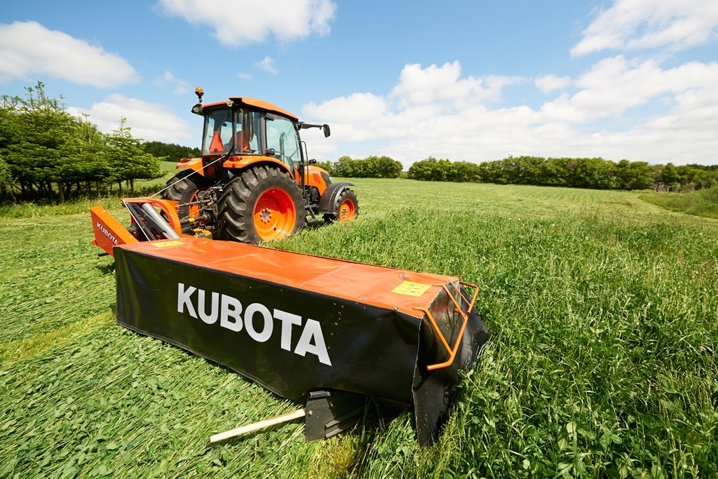 """Kubota introduces the DM1000 and DM2000-Series side-mounted disc mowers with a working width ranging from 5'6"""" up to 10'6"""". A fully-welded cutterbar with overlapping C-channels sets Kubota disc mowers apart. (Photo: Business Wire)"""