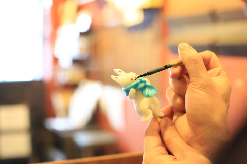 You'll see a tiny parade of fantastic shapes snipped with small scissors from the soft liquid candy - mouse, tiger, flower, doll, and many more charming creations Amezaiku Yoshihara workshop in Sendagi, Tokyo.  Ame-zaiku combines live performances with candycraft sales. Mr. Yoshihara himself gives ame-zaiku-making shows regardless of where he is - at a festival or in a store - while treasuring his conversations with candycraft fans. He appreciates that customers enjoy his work and performances. (Photo: Business Wire)