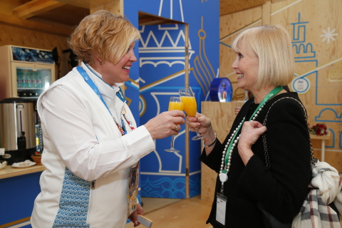 (G à D) Cheryl Simundson, la mère de l?athlète olympique médaillée d?or Kaillie Humphries, et Katie  ...