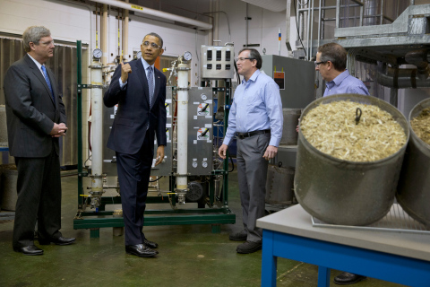 Secretary Vilsack and President Obama learn about AFEX from MBI's Tim Campbell and Dr. Bruce Dale (AP Photo/Jacquelyn Martin)