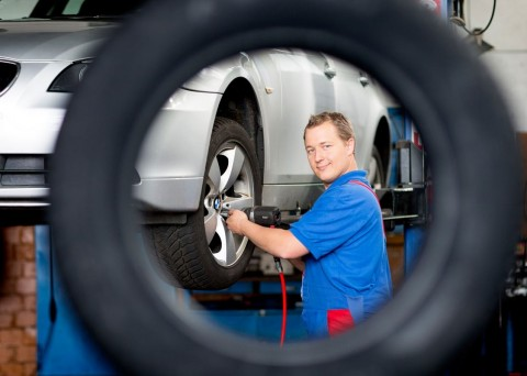 Fitting stations, cooperating as a service partner in the network of Delticom, can gain early competitive advantages by becoming a qualified TPMS ( tyre pressure monitoring system) expert.  (Photo: Business Wire)