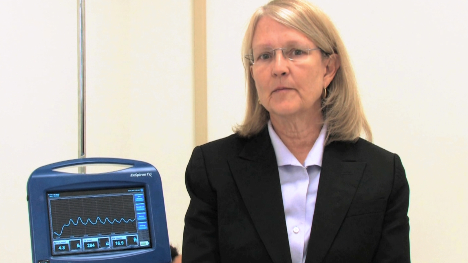 CEO and Founder, Jenny Freeman, pictured with the ExSpiron 1Xi Non-Invasive Minute Ventilation Monitor. {Photo: Business Wire)