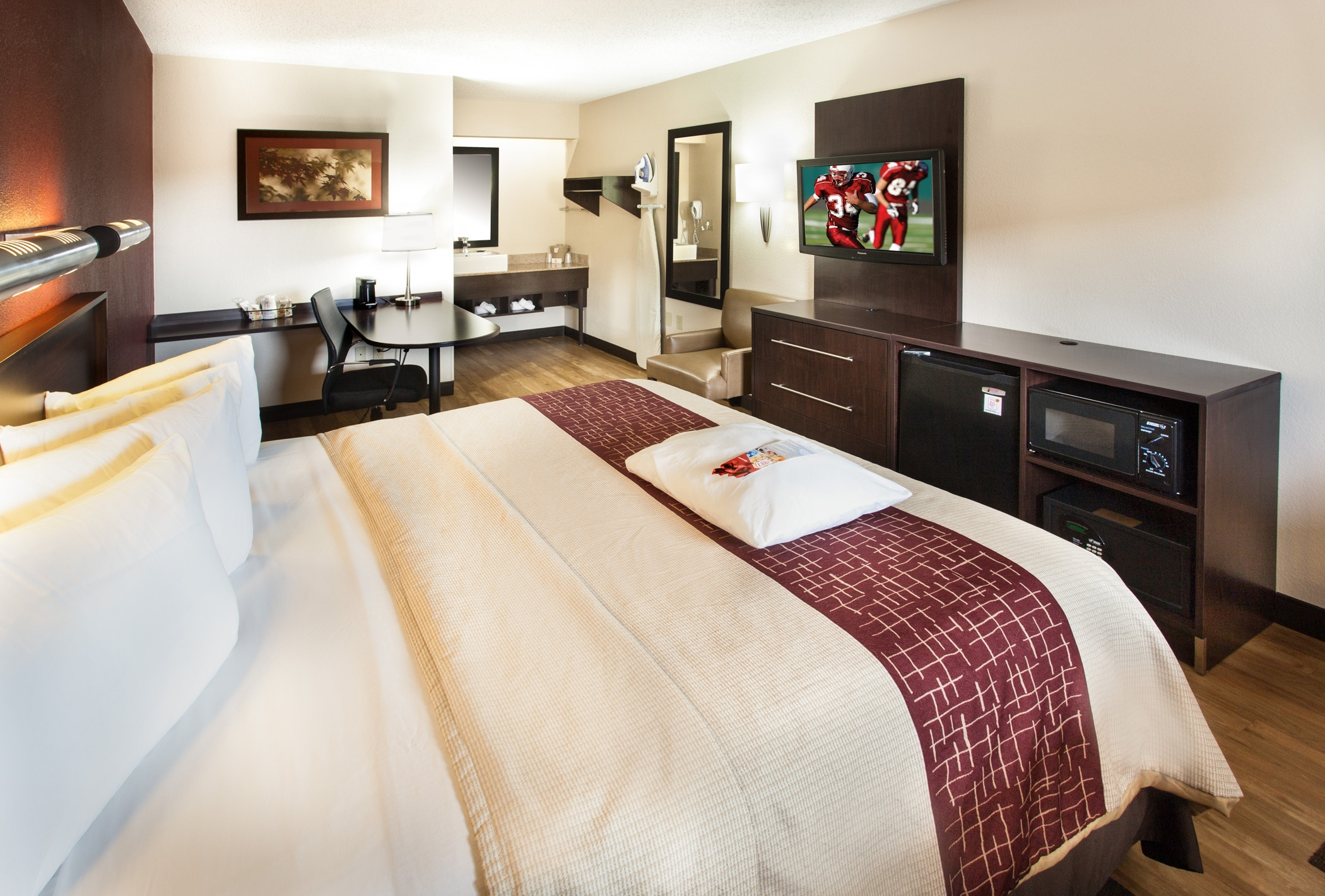 The new Red Roof PLUS+ Premium room provides an enhanced guest experience at a value price. (Photo: Business Wire)