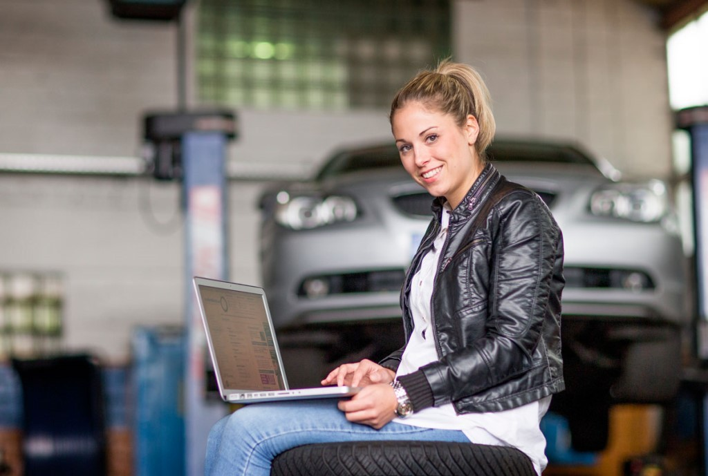 Female drivers enjoy mobility. More and more women discover the comfort of ordering tyres and car accessories online. (Photo: Delticom AG, Hanover)