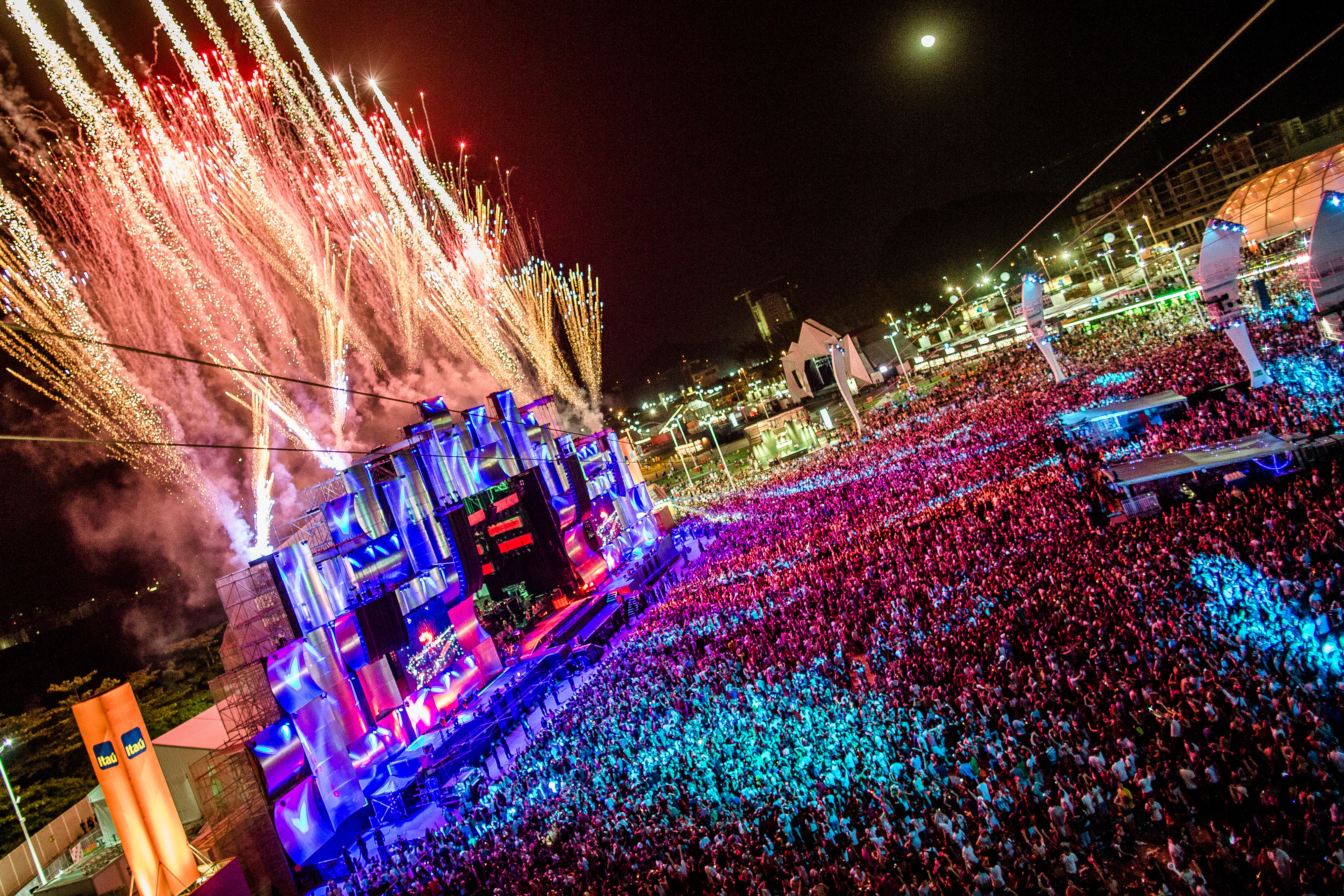 A spectacular firework and music display during Rock in Rio's 2013 festival in Rio de Janeiro, Brazil, which entertained a crowd of nearly 600,000 people. A similar experience can be expected at Rock in Rio USA in May 2015. (Photo: Business Wire)