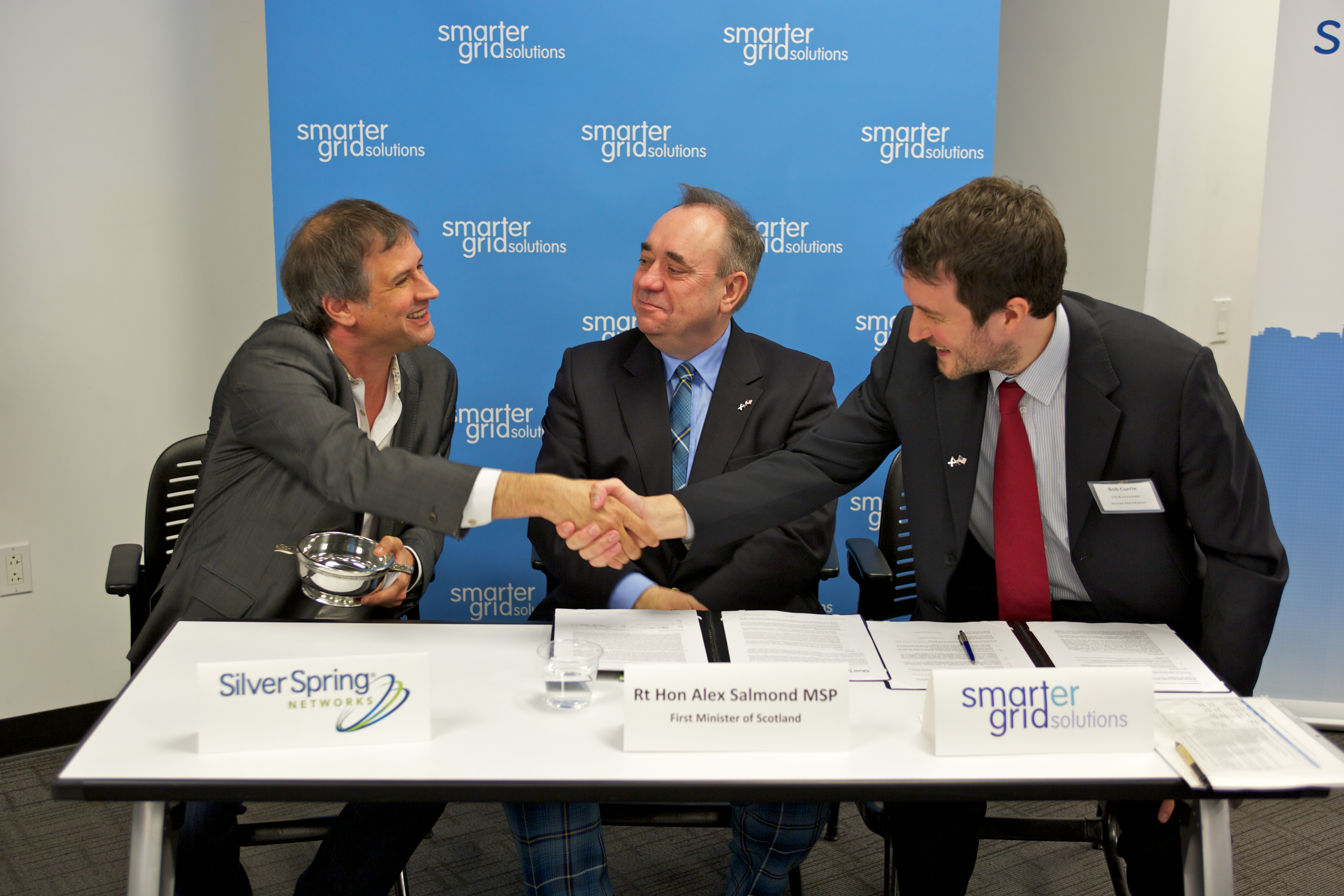 The Rt Hon Alex Salmond MSP, First Minister of Scotland, joins James Pace, Managing Director, European Markets, Silver Spring Networks and Dr. Bob Currie, CTO, Smarter Grid Solutions at the signing of the teaming agreement. (Photo: Business Wire)