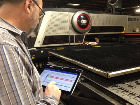 Plant manager for metal fabricator Norlen managing manufacturing production operations using Paper-Less MV2 advanced manufacturing execution software. (Photo: Business Wire)