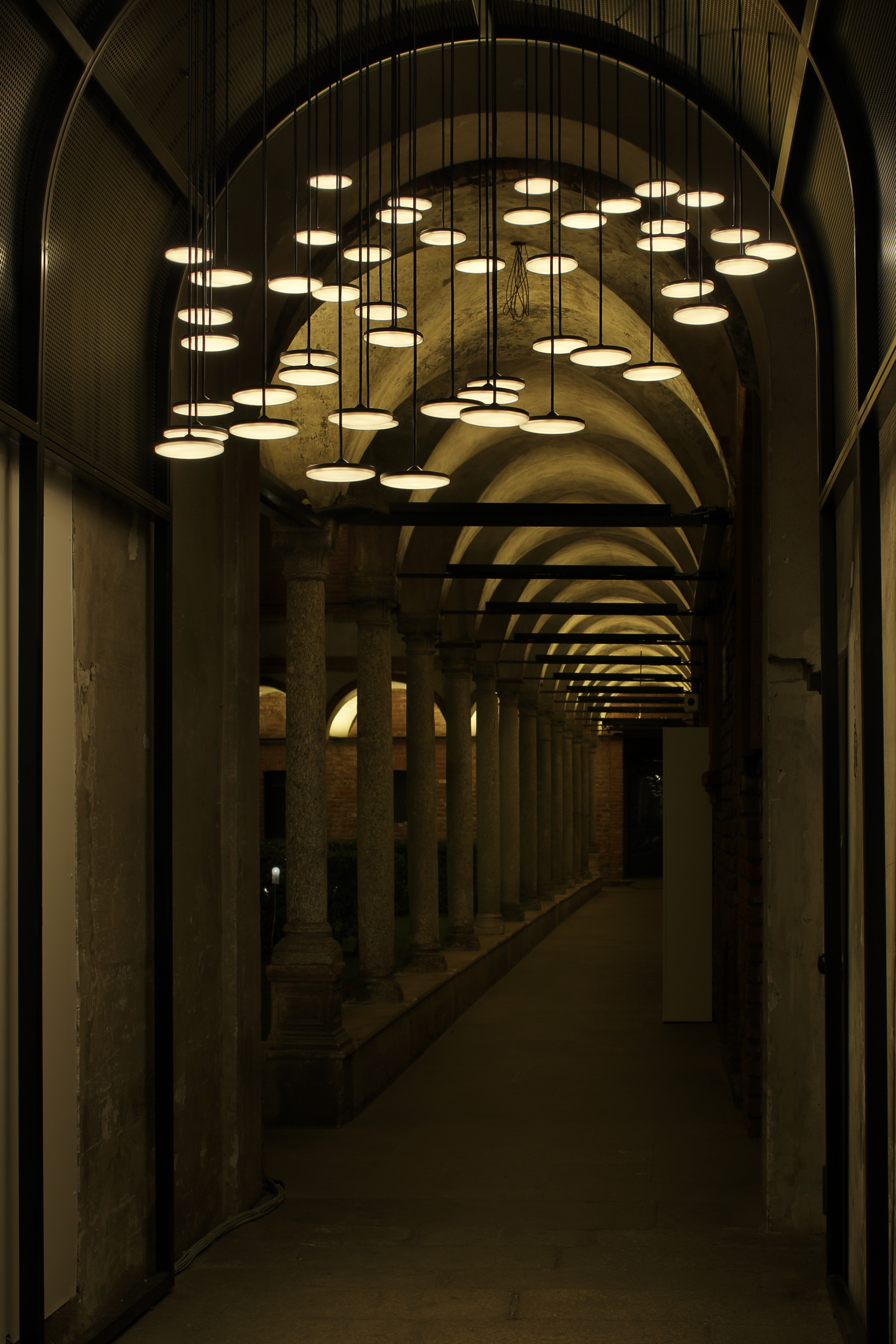 50 surface-emitting LED lamps are suspended from the ceiling in the entrance to the corridor that surrounds the courtyard. (Photo by Satoshi Shigeta)