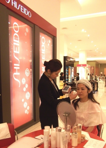 A Shiseido counter in Indonesia (Photo: Business Wire)