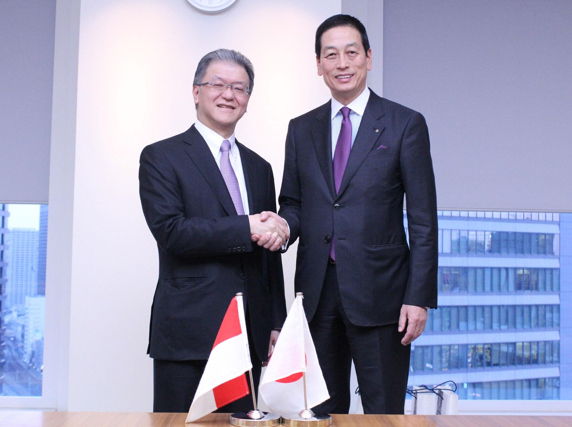Masahiko Uotani, President and CEO of Shiseido (right) shakes hands with Franky O. Widjaja, Vice Chairman of Sinar Mas upon establishment of new joint venture company. (Photo: Business Wire)