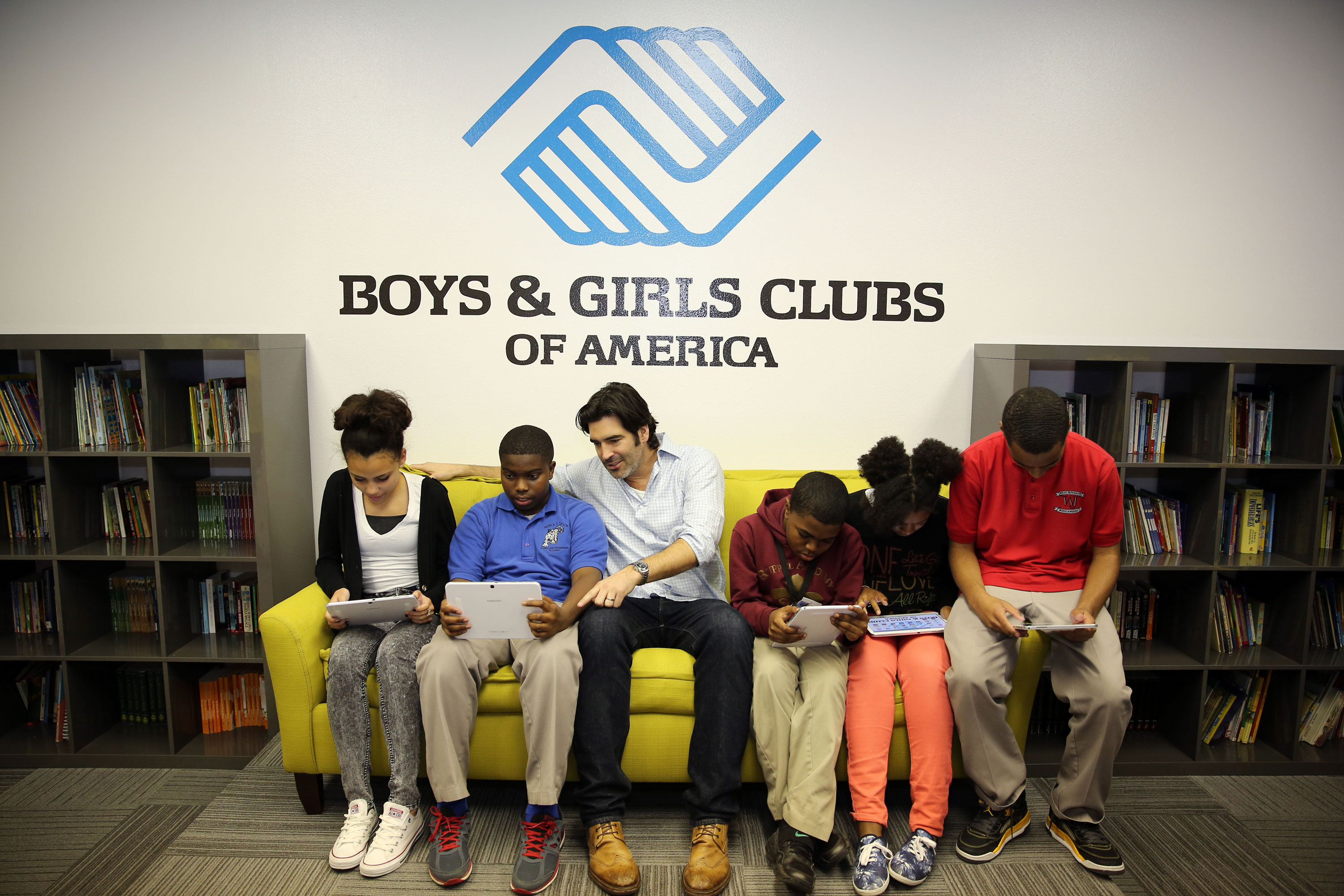 TV personality and celebrity designer Carter Oosterhouse, center, interacts with youth in the Tween Tech Center at Boys & Girls Clubs of Southeast Louisiana.  The center is part of a partnership between Samsung Mobile and Boys & Girls Clubs of America to inspire kids' curiosity in STEM. (Photo: Business Wire)