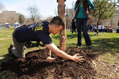 On April 12, actor and active volunteer Josh Duhamel helped Advil(R) Relief in Action and New York Cares Day Spring volunteers clean up Franz Sigel Park in the Bronx, NY, as part of National Volunteer Week. The Advil(R) Relief in Action campaign is the official sponsor of National Volunteer Week, and enables volunteers who don't let pain hold them back from providing relief to others. (Photo: Business Wire)