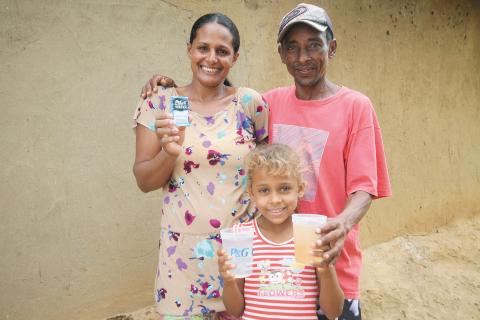 宝洁CSDW项目赠送第70亿升干净饮用水给Claudia和Gilberto Pereira Barbosa以及其四个孩子。该赠送是在当地合作伙伴ChildFund的帮助下在Jequitinhonha Valley 地区Araçuai 社区附近进行的。这个家庭生活在巴西东南地区干旱、布满灰尘的乡村环境下,多年都是饮用从其唯一水源中获得的水——附近一条受污染的河流。(照片:美国商业资讯)