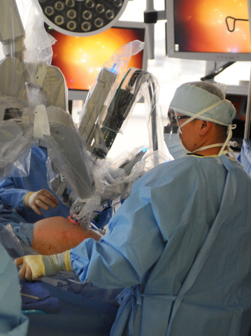Doctors and staff perform the first single-site robotic assisted hysterectomy in Los Angeles at miVIP's Beverly Hills Regional Surgery Center, Wednesday, April 23, 2014, using the da Vinci® Si™ Surgical System. (Photo: Business Wire)