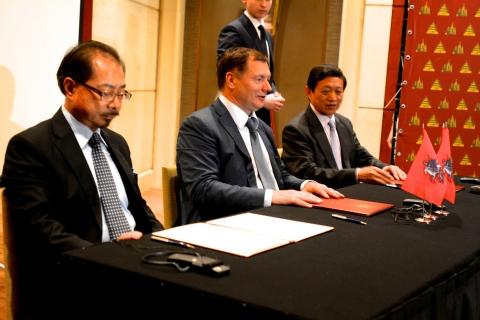 (Left) Sam Pa, China International Fund (Middle) Marat Khusnullin, Deputy Mayor of Moscow for Urban Development and Construction (Right) Zhenyi Hu, China Railway Construction Corporation (Photo: Business Wire)